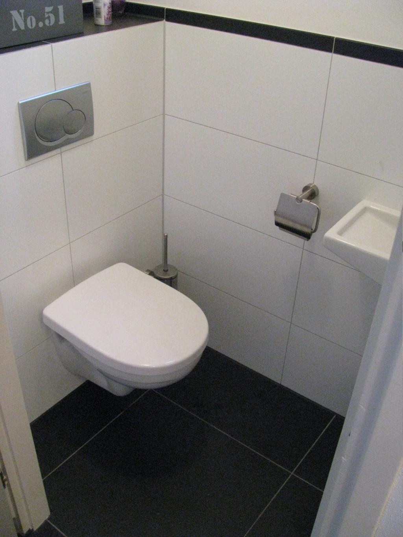 Wit gerectificeerde wandtegel 30x60 in toilet tg wonen woonmagazine - Zwart wit toilet ...