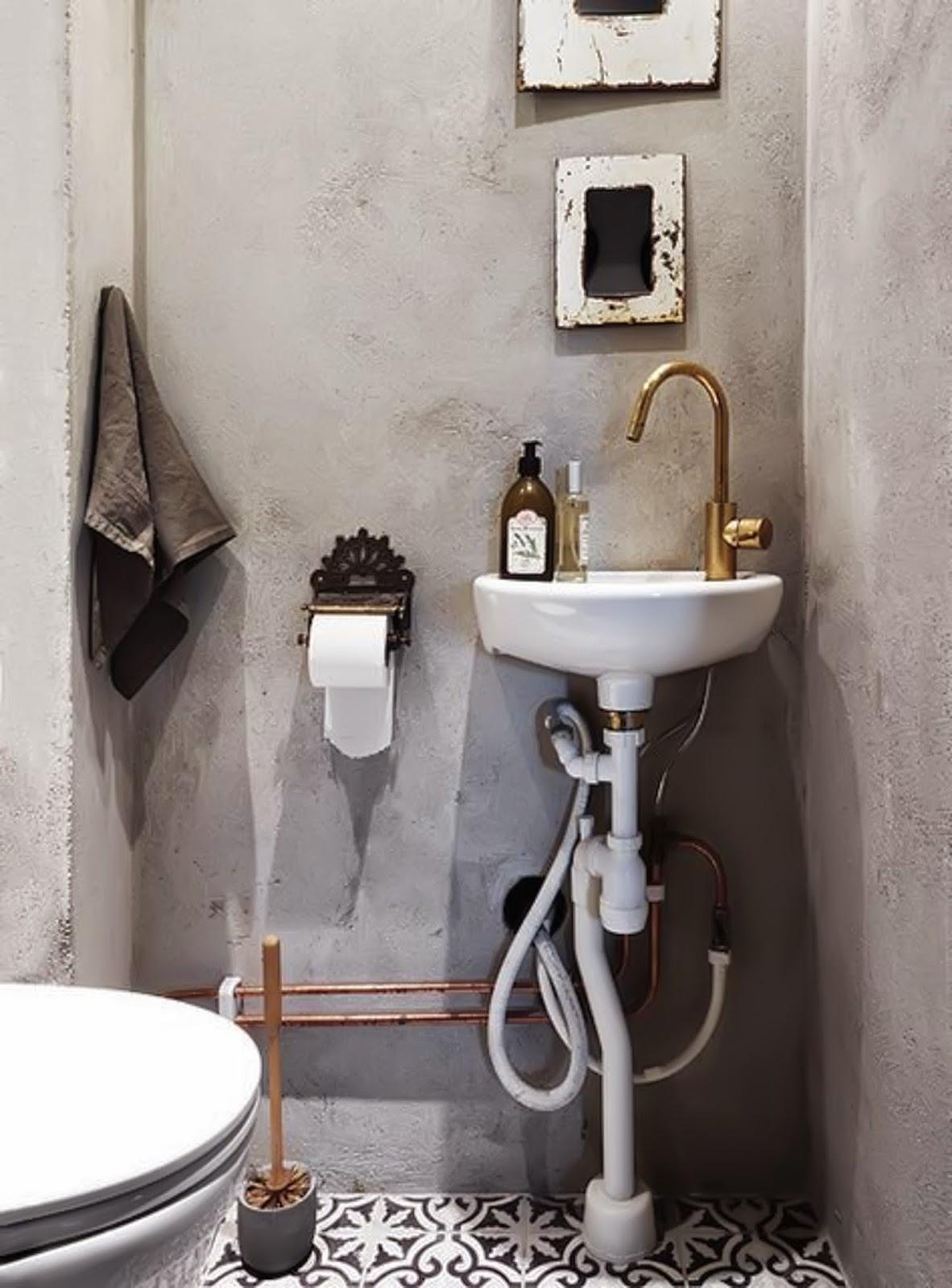Portugese Tegels in toilet met cement stuc