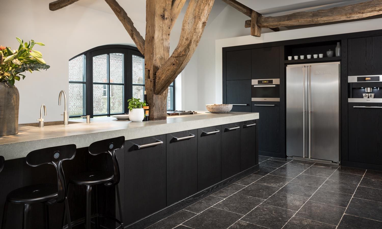 Moderne slaapkamer interieur met zwarte houten muren een houten