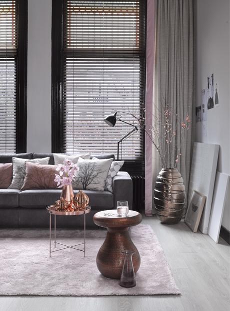 Een midden donkere woonkamer met zwarte plint