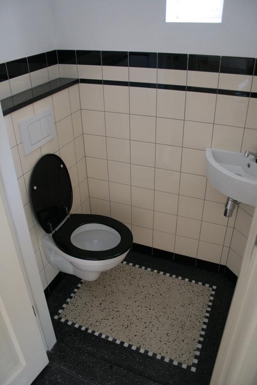 Granito tegel in toilet met zwarte rand en plinten en de 15x15 17820