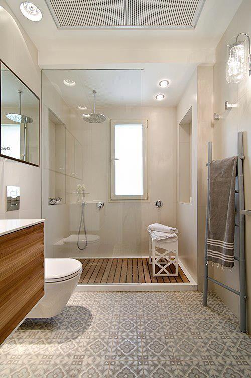 Patroontegels in badkamer met houten vlondertegels bij douche