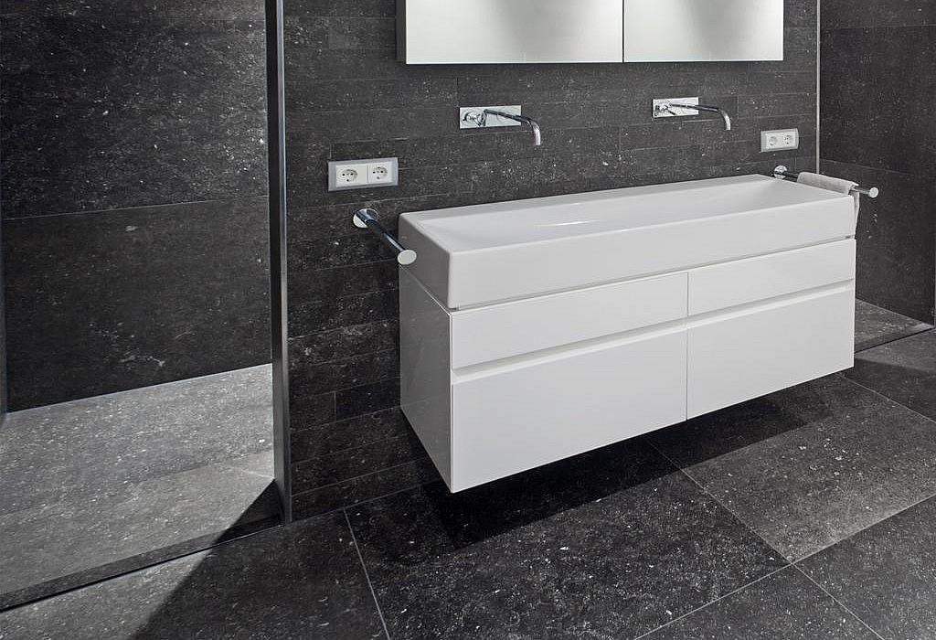 Badkamer grote tegels de maatwerk badkamers van het badhuys in breda een klasse apart - Tegel patroon badkamer ...