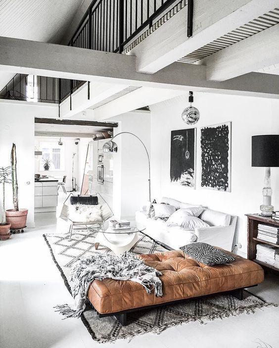 Scandinavisch industrieel interieur met cognac kleur bank