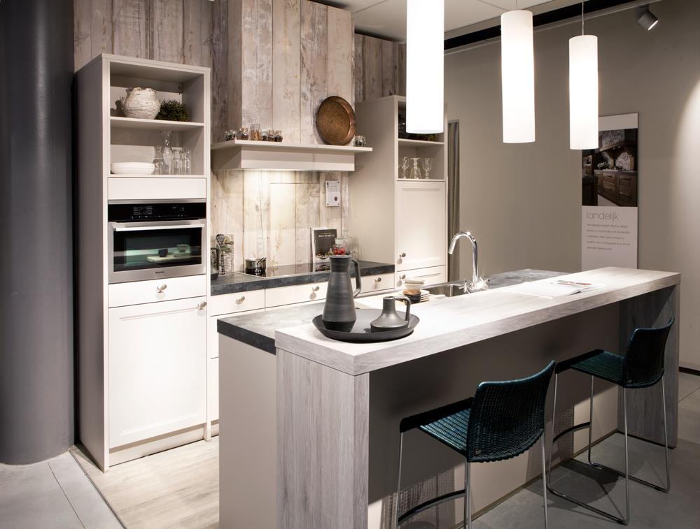 Bar in keuken woonkamer tg wonen woonmagazine - Lounge en keuken in dezelfde kamer ...