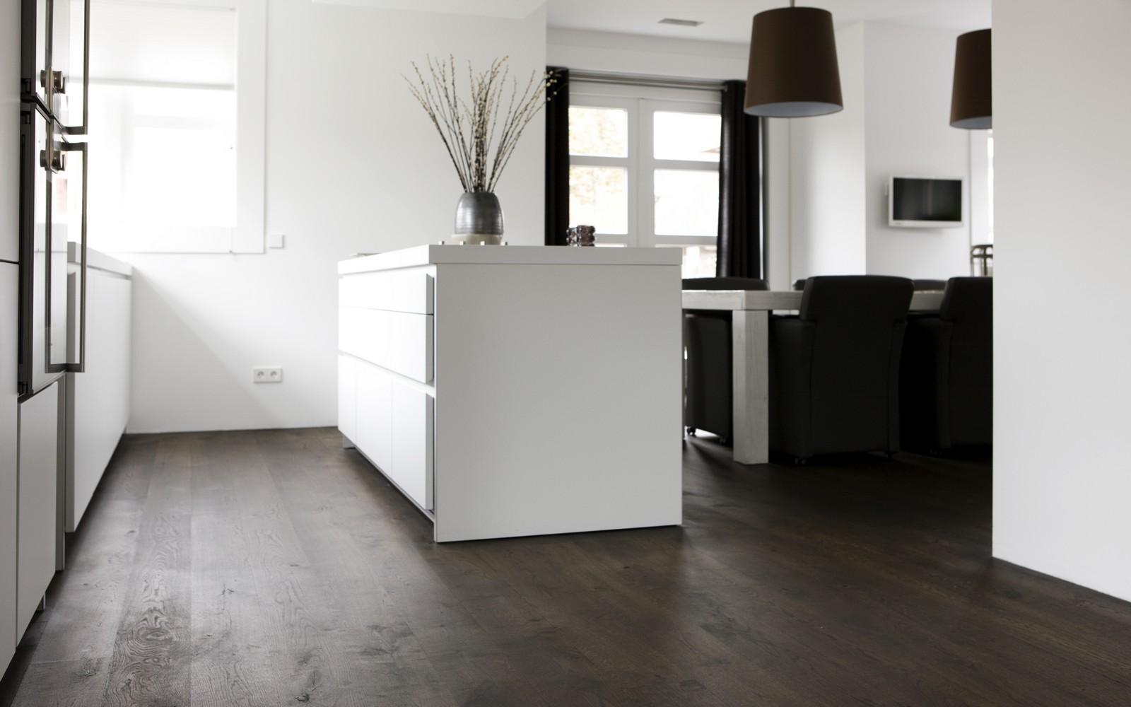 Donkere vloer witte keuken tg wonen woonmagazine - Hout en witte keuken ...
