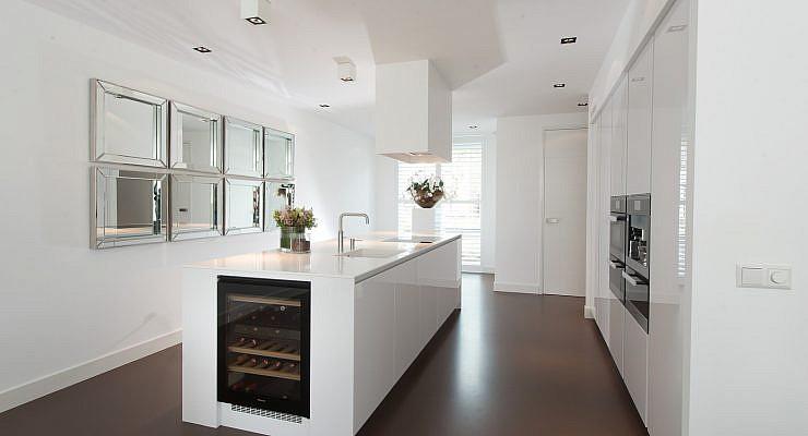 Donkere vloer witte keuken