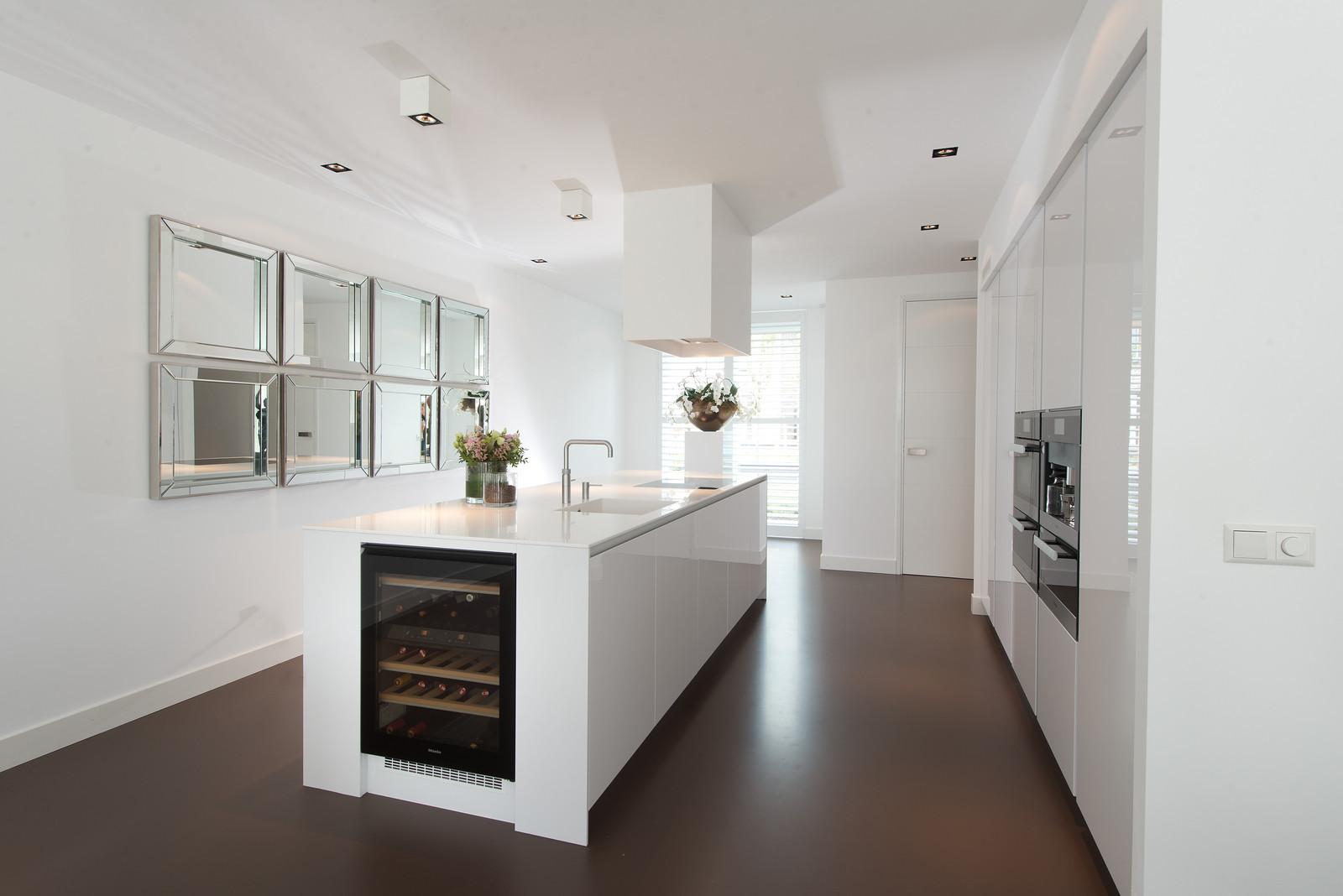 Kleur plafond woonkamer tg wonen woonmagazine - Kleur witte keuken ...
