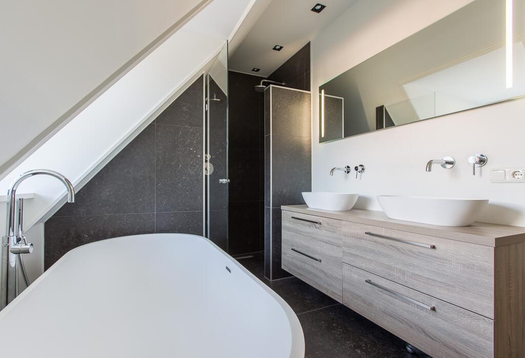 Badkamer Schuin Dak : Belgisch hardsteen keramisch badkamer schuin dak dakkapel douche