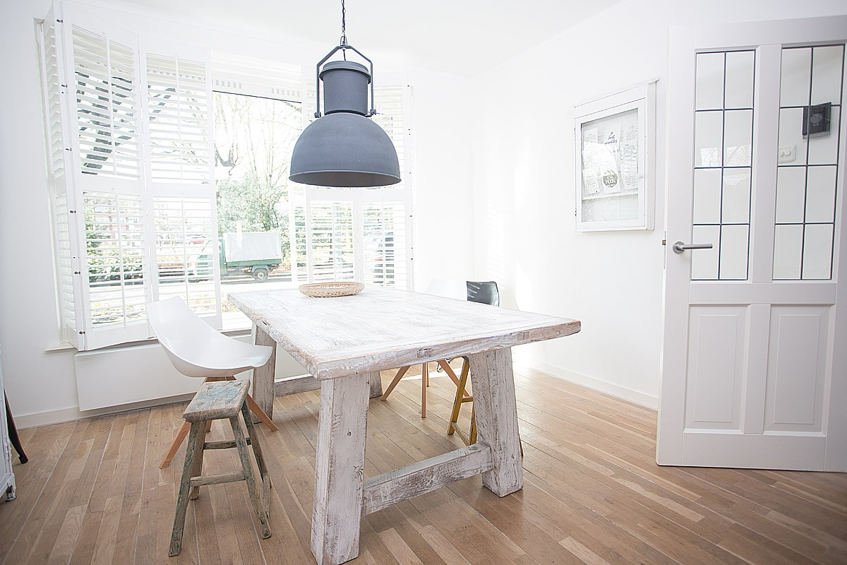 Eetkamertafel hout wit met stoelen