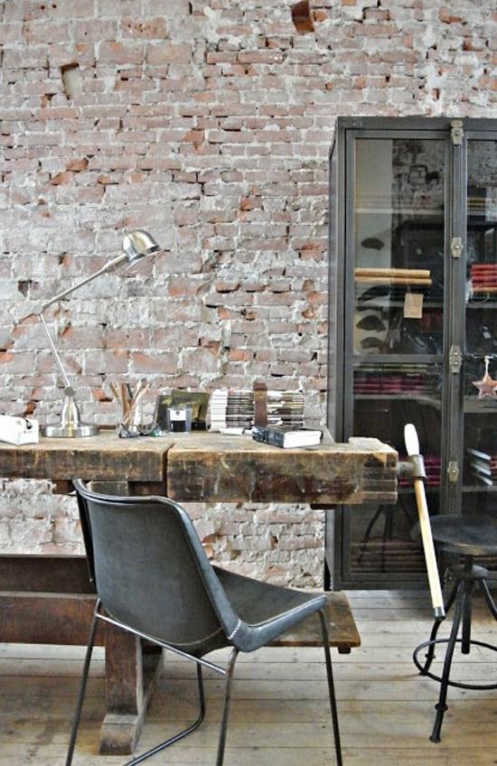 Bakstenen muur interieur met oude werkbank