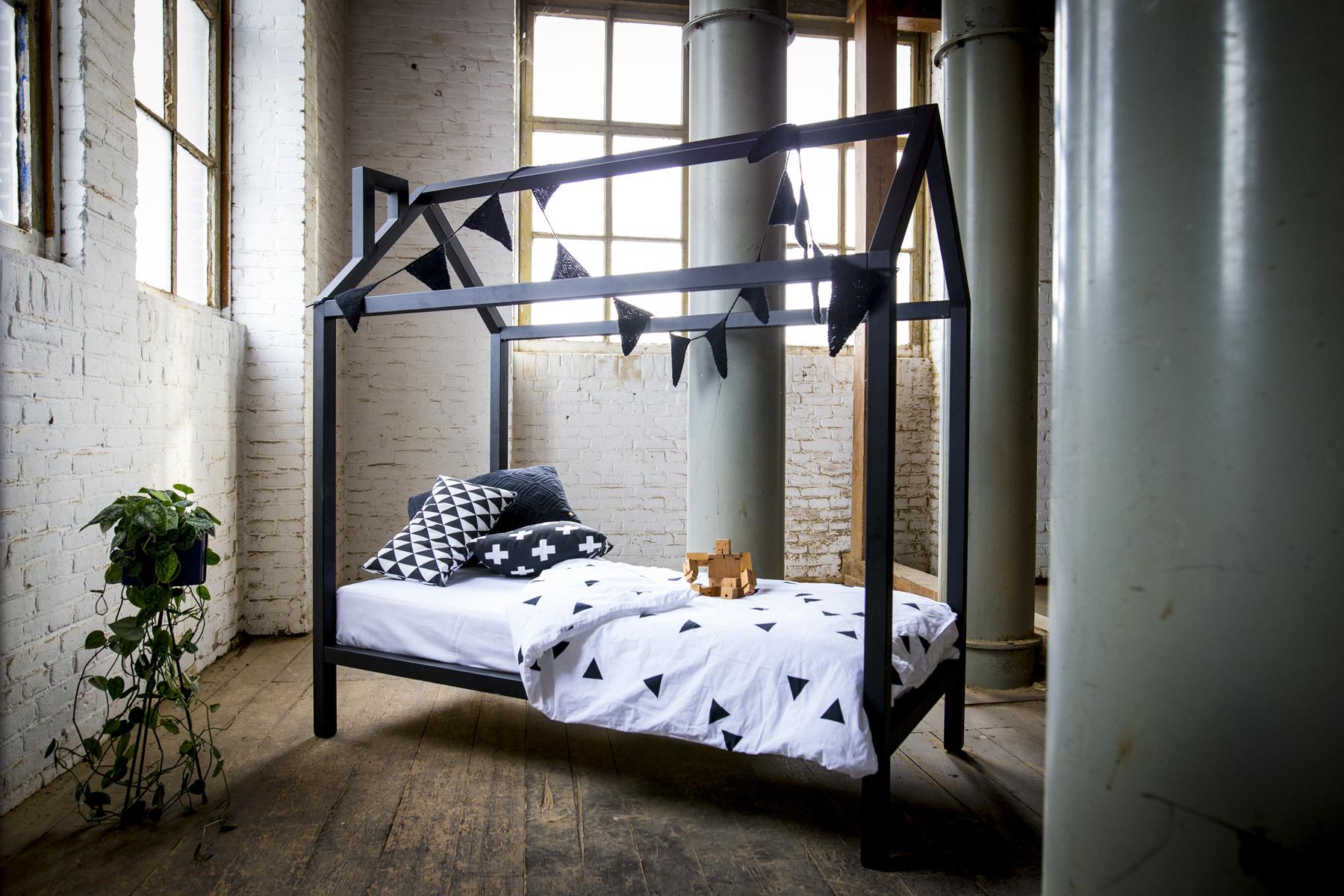 Stoer bed kind hout mat zwart huisje