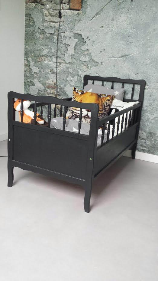 Tweedehands Mat Zwart Bed Kind Compleet met Dekbed en Kussens