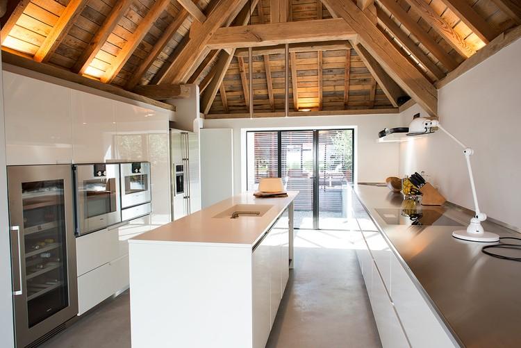 Donkere vloer witte keuken betonlook betonpleister