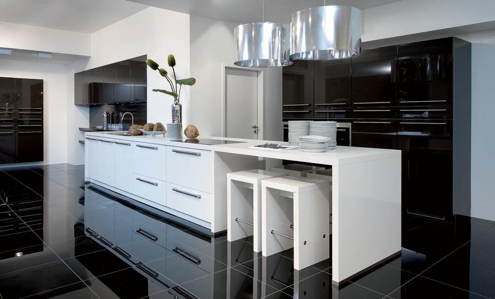 Donkere vloer witte keuken donker zwart gepolijste vloer