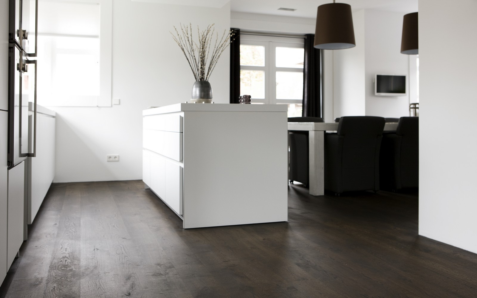 Donkere vloer witte keuken houten vloer kastanje bruin