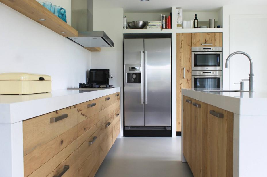 Houtlook keuken met strakke gietvloer betonlook